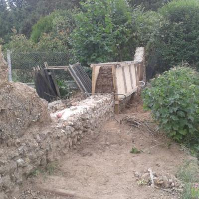 Reconstruction d'un mur en terre crue