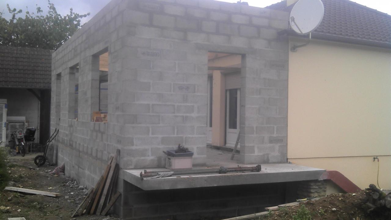 Élévation des murs de l'agrandissement en agglos