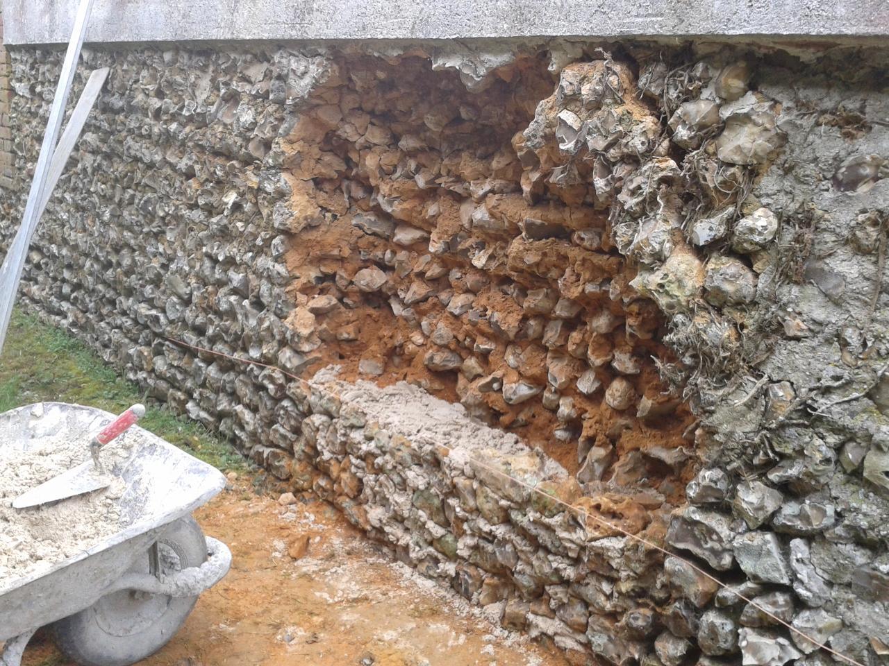 Réparation d'un mur en silex (AVANT)