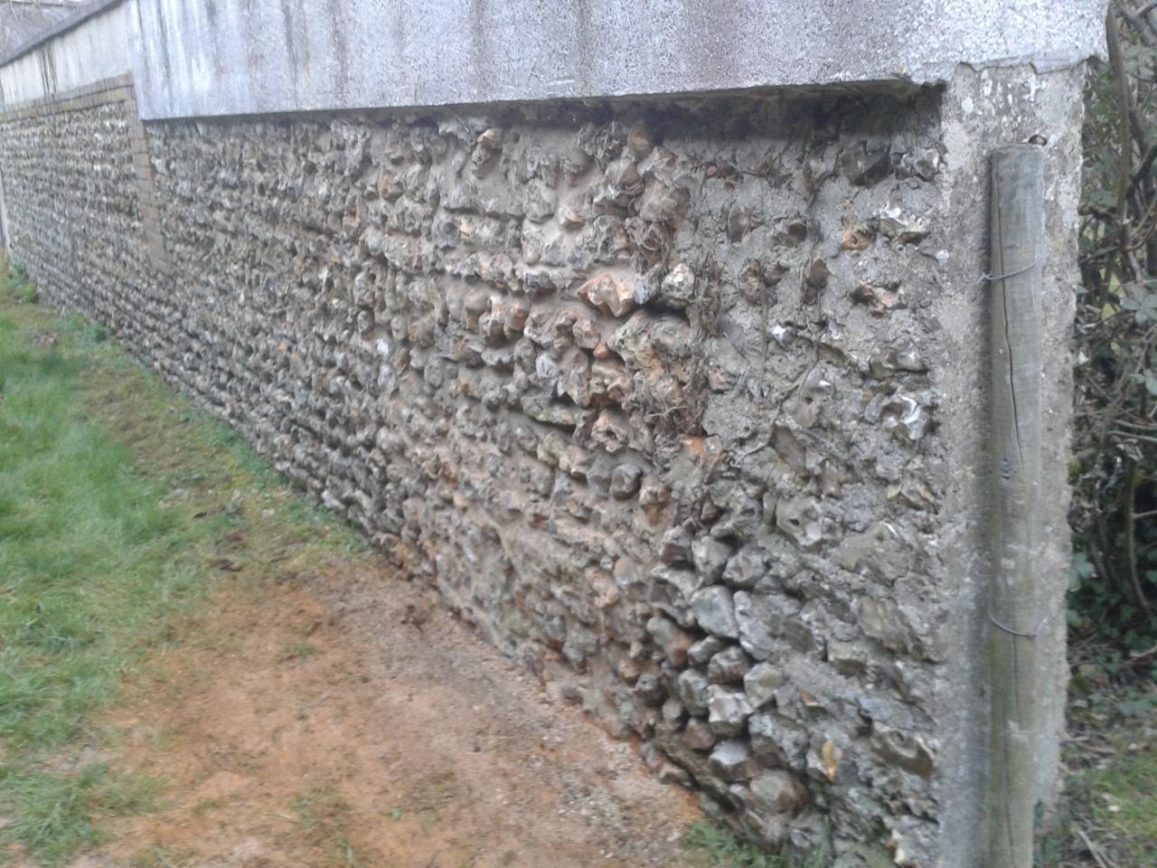 Réparation d'un mur en silex avec joints gris (APRES)