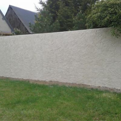 Reconstruction d'un mur de clôture, enduit à la chaux