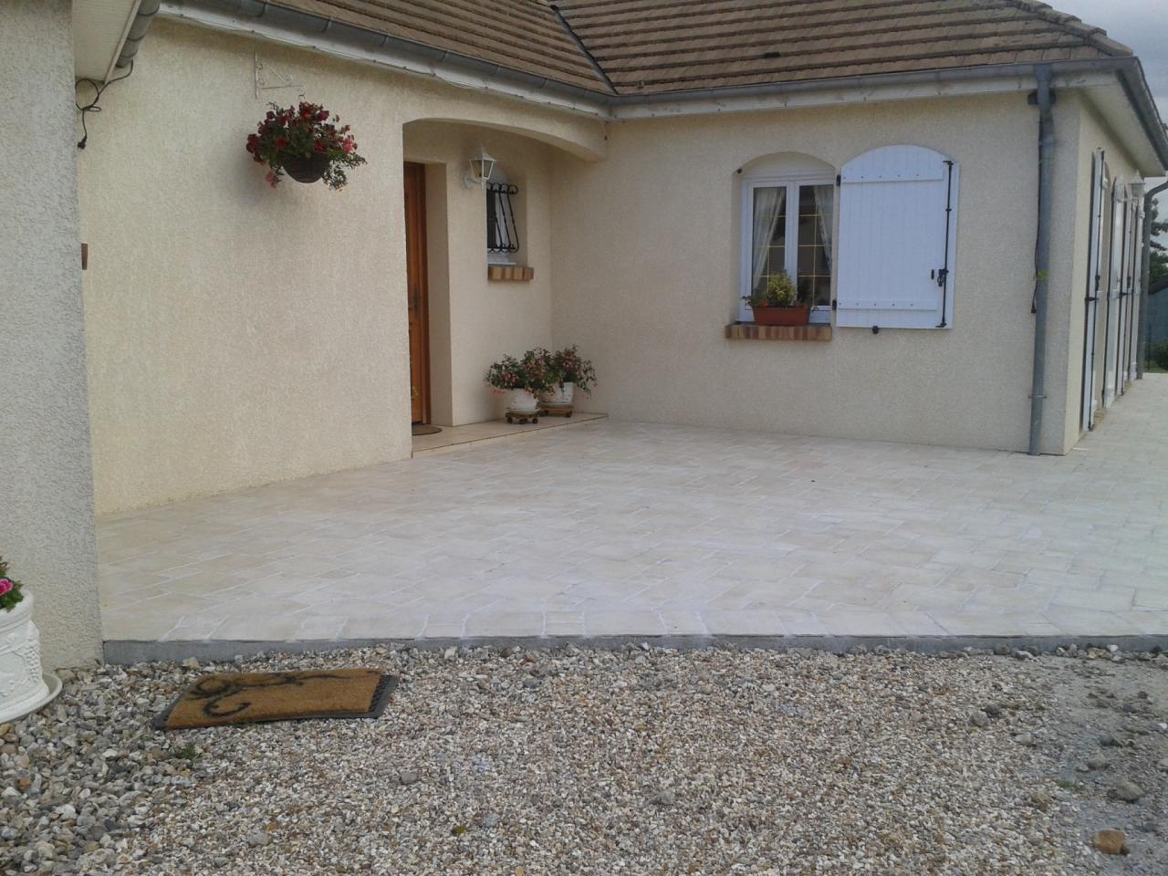 Ext rieurs all e et terrasse en granit et pierres for Carrelage pour allee carrossable
