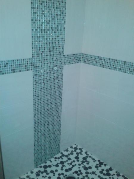 Fa ence et carrelage salle de bain douche l 39 italienne mosa que - Pose mosaique douche italienne ...