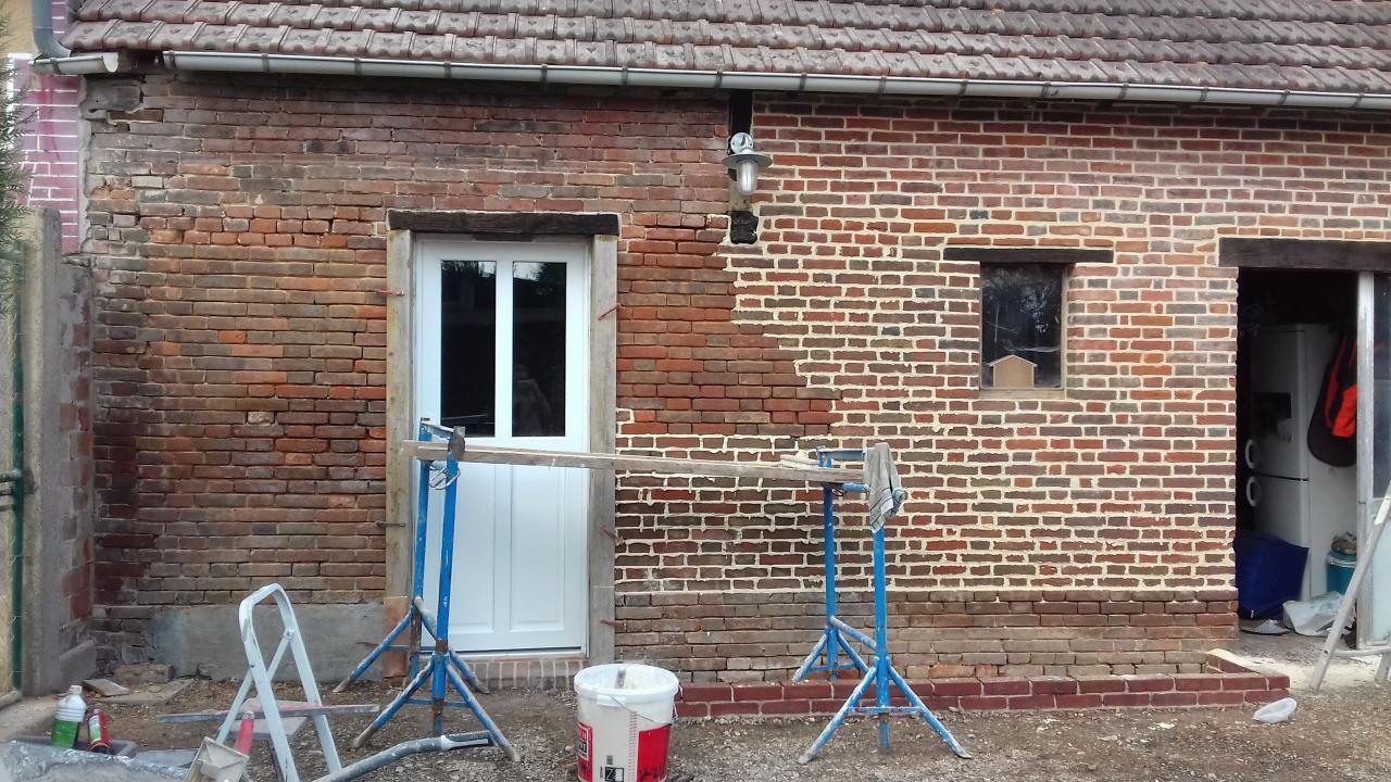 Rejointoiement d'une façade en briques en cours
