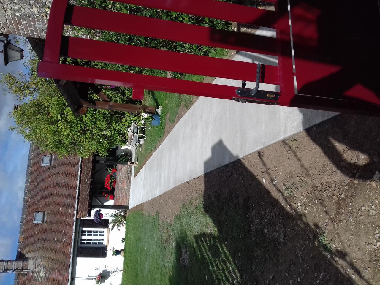 Rampe d'accès à un logement en béton finition balayée (antidérapante)