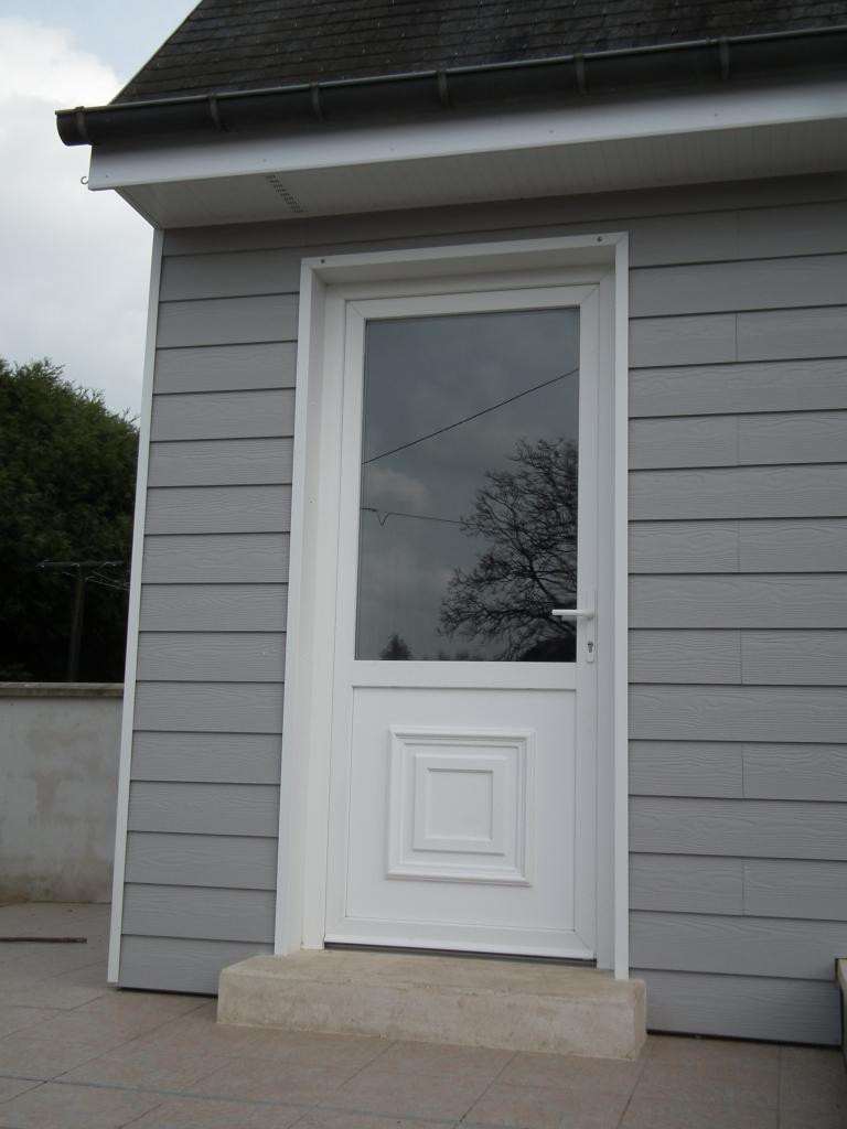 Porte d'entrée avec cadre de finition