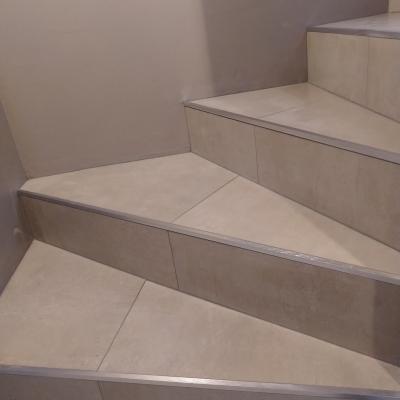 Carrelage dans des escaliers
