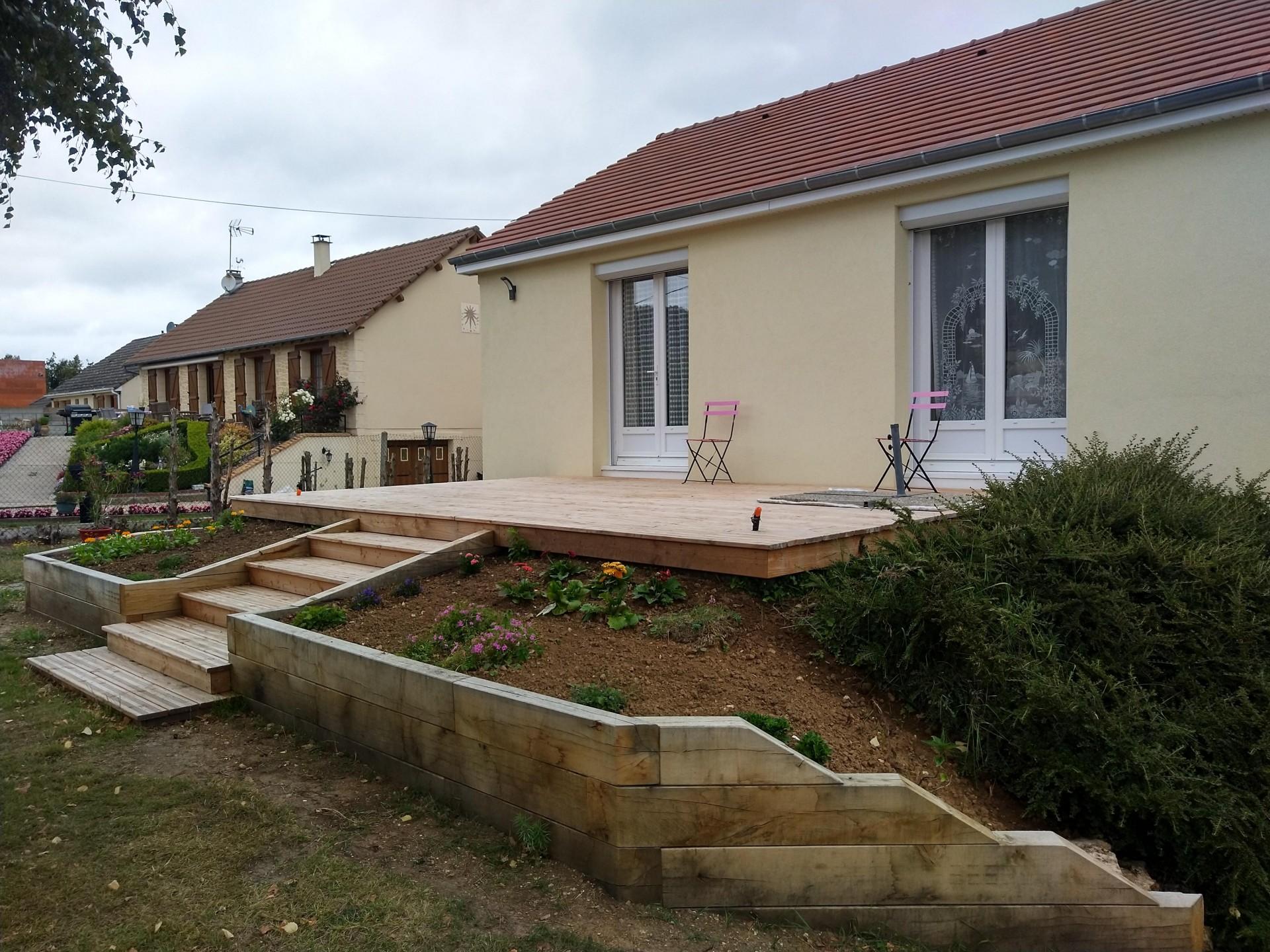 Aménagement des pourtours de la terrasse en traverses paysagères et création d'un escalier
