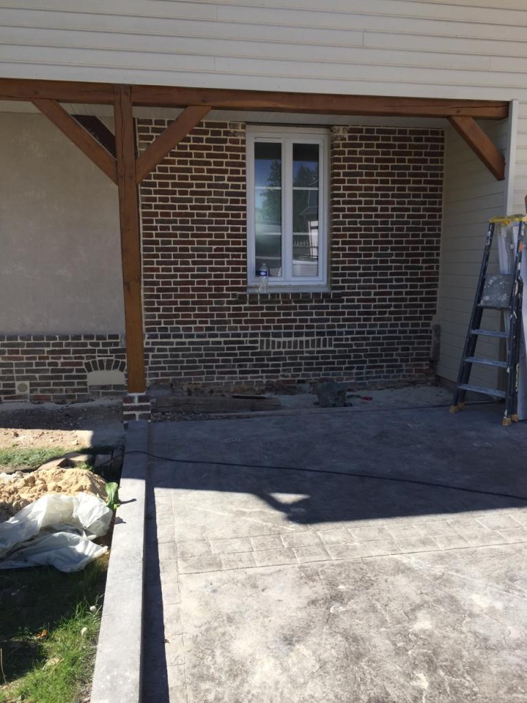 Façade rénovée, déjointoiement et rejointoiement de briques