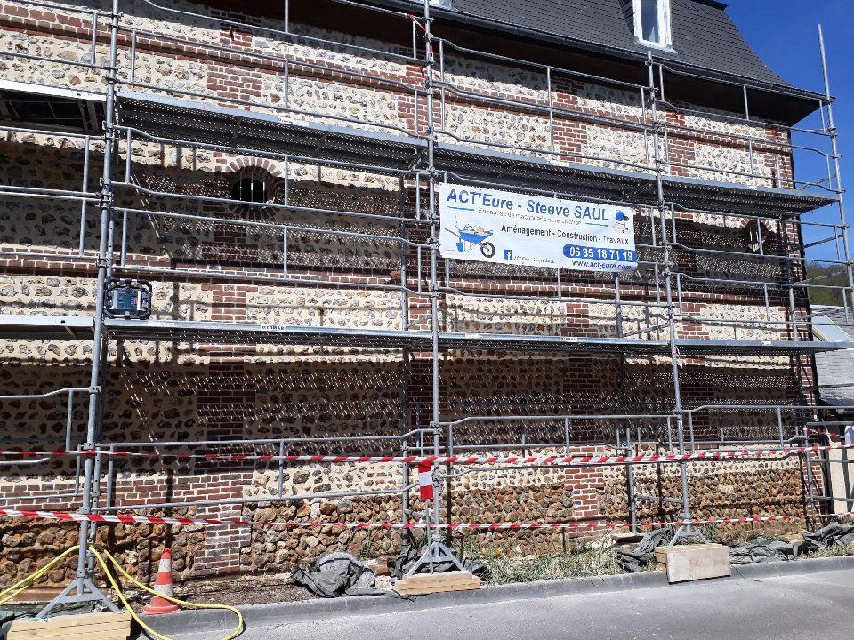 Rénovation d'une façade en silex et briques