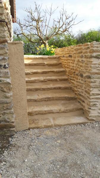 Escalier et muret en pierres